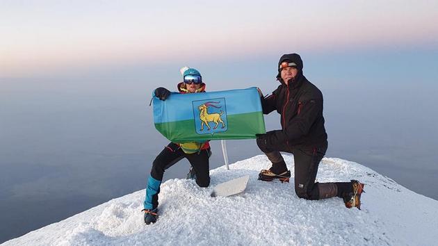 USPON NA ARARAT Dvoje istarskih visokogorskih planinara razvilo istarsku i rovinjsku zastavu na najvišem vrhu Turske
